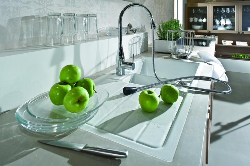 Typische Elemente für das moderne Badezimmer mit ...
